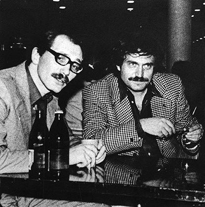 Молодой (тогда) прозаик Александр Кабаков и мэтр Василий Аксенов. Джазовый фестиваль в Москве. Конец 1970-х годов.