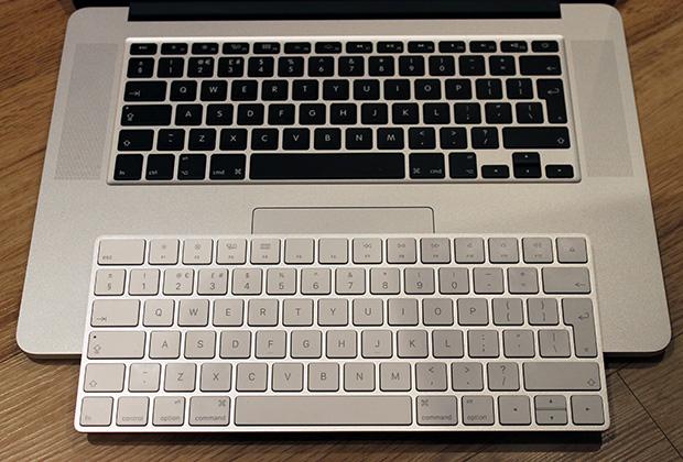 Magic Keyboard 2 на фоне клавиатуры Macbook
