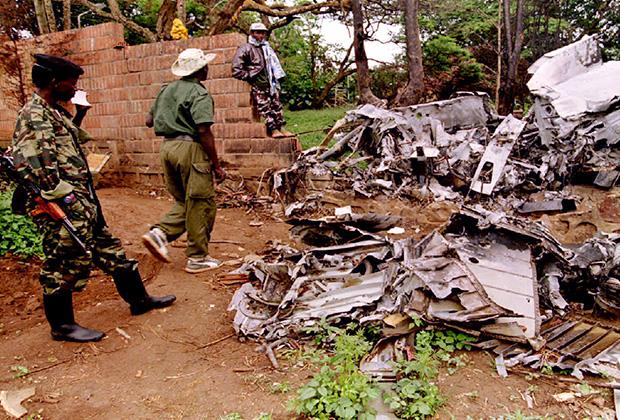 Повстанцы осматривают место крушения самолета президента Руанды Жювеналя Хабиаримана