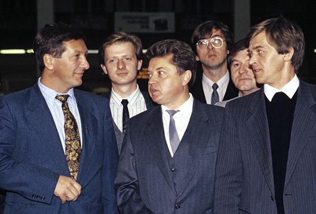 Президент Российской товарно-сырьевой биржи Константин Боровой (крайний слева) на открытии первых торгов Брокерского торгового дома, 1991 год