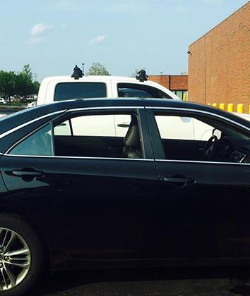 После года здесь отвыкаешь делать хоть какие-нибудь выводы о водителе по виду авто. Например, за рулем дорогих машин чаще всего — пенсионеры. Это наблюдение не касается относительно редких авто типа Maserati — в них публика очень похожа на аналогичную московскую. Mini здесь— летний автомобиль для домохозяек, а не машина «золотой» молодежи или креативного класса. Молодежь ездит на основательном б/у.