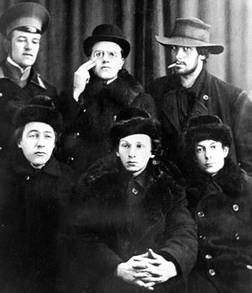 Верхний ряд слева направо: Давид Бурлюк, Николай Бурлюк, Владимир Владимирович Маяковский. Нижний ряд: Велимир Хлебников, Георгий Кузьмин и Сергей Долинский, 1912 или 1913 год