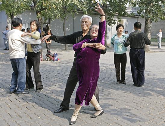 Танцы в парках - традиционное развлечение стариков в Китае