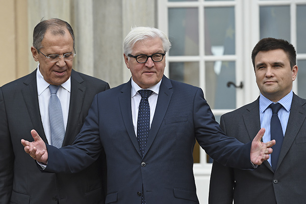 Russian Foreign Minister Sergei Lavrov, German Foreign Minister Frank-Walter Steinmeier and Ukrainian Foreign Minister Pavlo Klimkin (L-R) stand outside German foreign ministry's guest house Villa Borsig near Tegel airport in Berlin, November 6, 2015, ahead of their meeting to discuss Ukraine crisis.