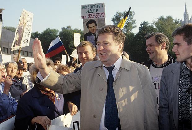 Лидер ЛДПР Владимир Жириновский у Дома Правительства РФ в дни работы 5-й сессии Верховного Совета РФ, 1992 год