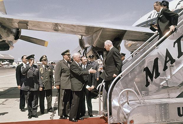 Американский президент Дуайт Эйзенхауэр встречает французского коллегу Шарля де Голля. 22 апреля 1960