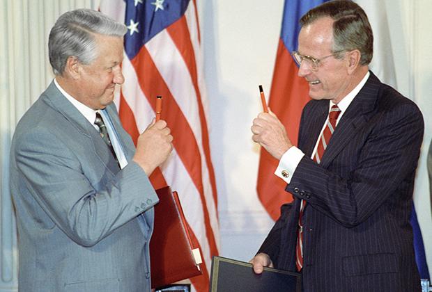 Президент России Борис Ельцин и президент США Джордж Буш после подписания российско-американских документов