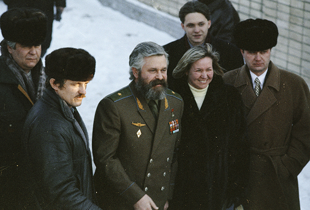 Александр Руцкой (в центре), в окружении родных и близких покидает территорию Лефортовской тюрьмы, 1994 год