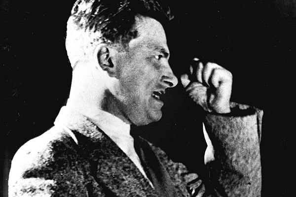 Владимир Маяковский во время выступления