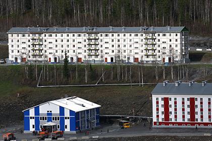 Дом (на заднем плане) в Еруде, где зарегистрирован Михаил Прохоров