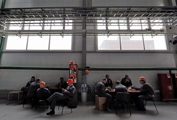 Рабочие во время перерыва на заводе «Силовые машины - Тошиба. Высоковольтные трансформаторы»