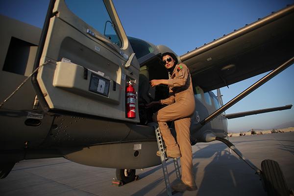 Нилуфар Рахмани на военном аэродроме в Кабуле