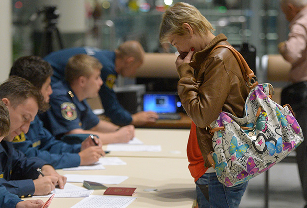 Граждане России, эвакуированные бортом МЧС России из Латакии, проходят регистрацию в московском аэропорту «Домодедово»
