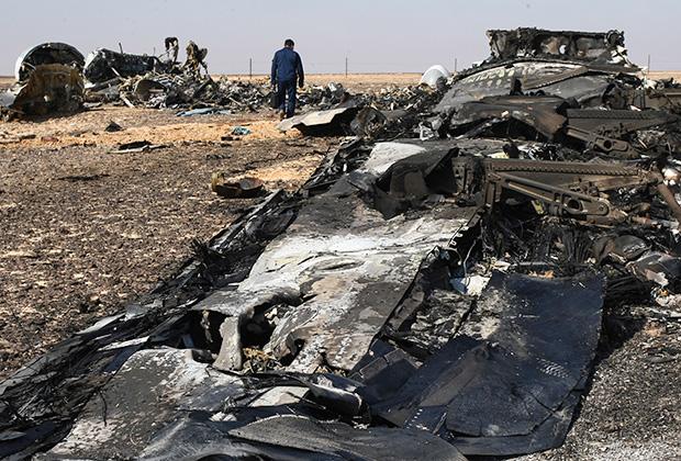 Обломки самолета Airbus A321 авиакомпании «Когалымавиа» на месте крушения на севере Синайского полуострова.