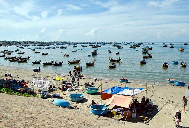 Утром в Муйне собираются рыбаки со свежим уловом