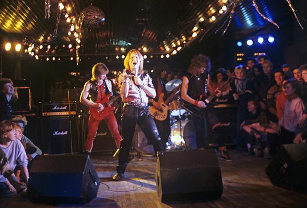 Олимпийская деревня. В клубе-кафе «У фонтана». Дискотека. Выступает рок-группа «Ария». 1988 год