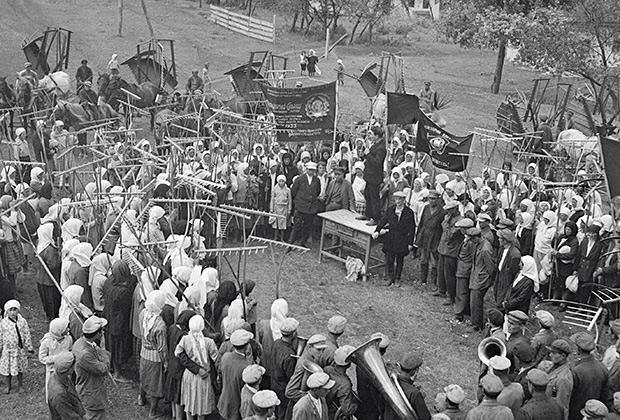 Крестьяне колхоза имени Ленина Жажковского района. Митинг перед началом уборки урожая, Украина, 1933 год