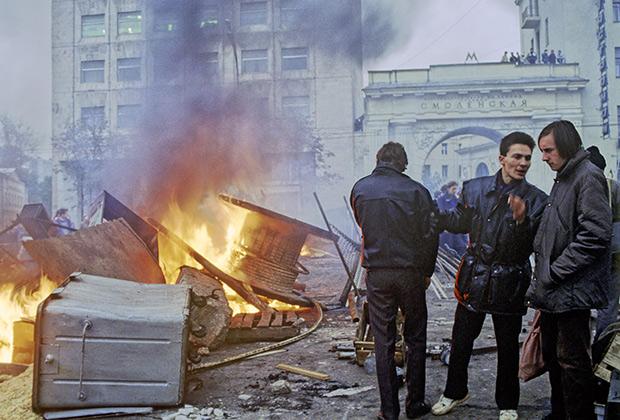 Сторонники Верховного Совета строят баррикады и жгут костры, 1993 год