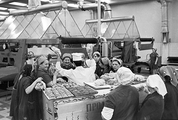 Продавец мясных полуфабрикатов передвижного магазина-кулинарии в цехе камвольного комбината, 1974 год
