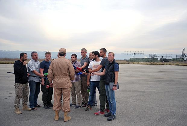 Спасенный штурман экипажа Су-24 Константин Мурахтин дает интервью на авиабазе Хмеймим