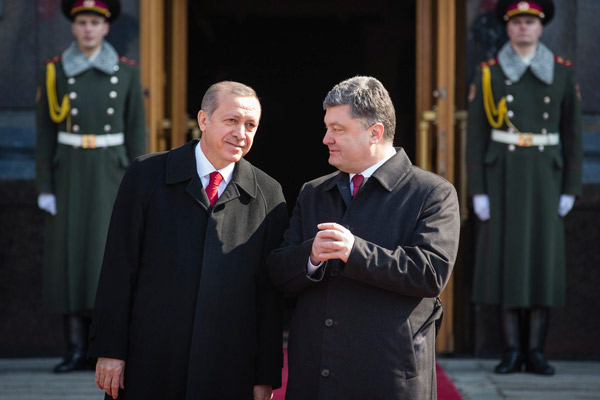 Ukraine's President Petro Poroshenko, right, and Turkey's President Recep Tayyip Erdogan  speak during a welcome ceremony ahead of their meeting in Kiev, Ukraine, Friday, March 20, 2015. (AP Photo/Mikhail Palinchak, Pool)