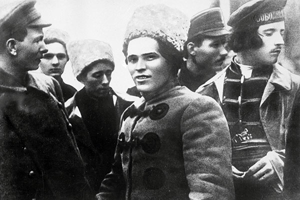 Нестор Махно (в центре) со своим штабом