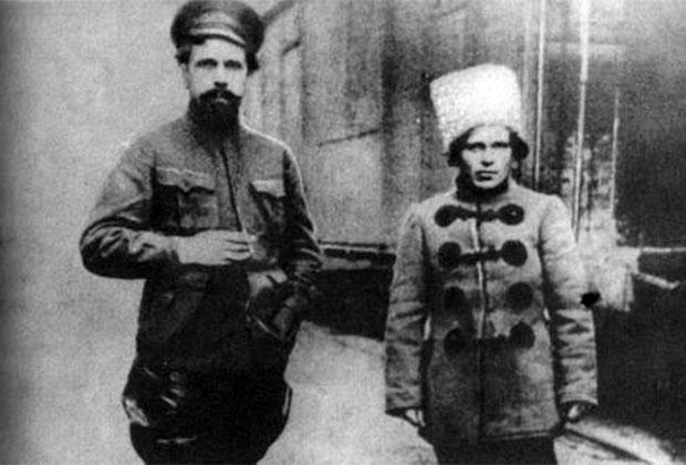 Командир Заднепровской дивизии П. Дыбенко и Нестор Махно (справа)