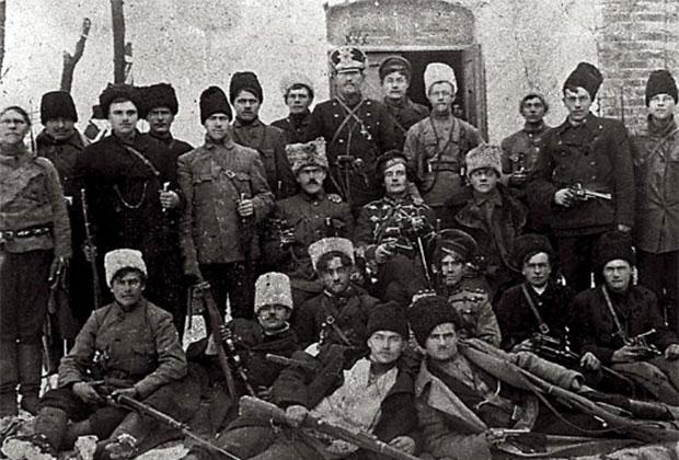 Отряд махновцев под командованием Ф. Щуся (в центре) в период борьбы с австрийско-немецкими оккупантами и гетманцами