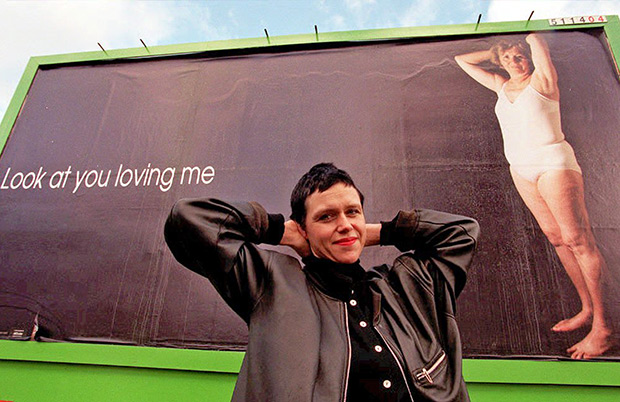 Художница немецкого происхождения Мелани Манхот борется с эйджизмом, создавая билборды с фотографиями своей 66-летней матери и размещая их в лондонской подземке.