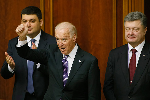 U.S. Vice President Joe Biden (C) greets deputies as Ukraine's President Petro Poroshenko (R) and Parliament Speaker Volodymyr Groysman stand behind at the parliament in Kiev, Ukraine, December 8, 2015. REUTERS/Valentyn Ogirenko - RTX1XPHT