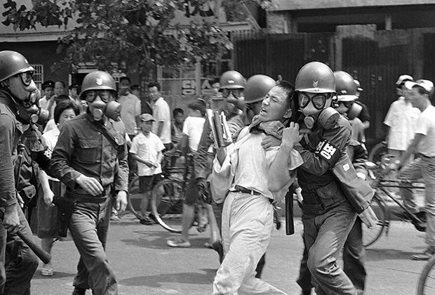 Разгон студенческой демонстрации против подписания мирного договора с Японией. Сеул,25августа1965года