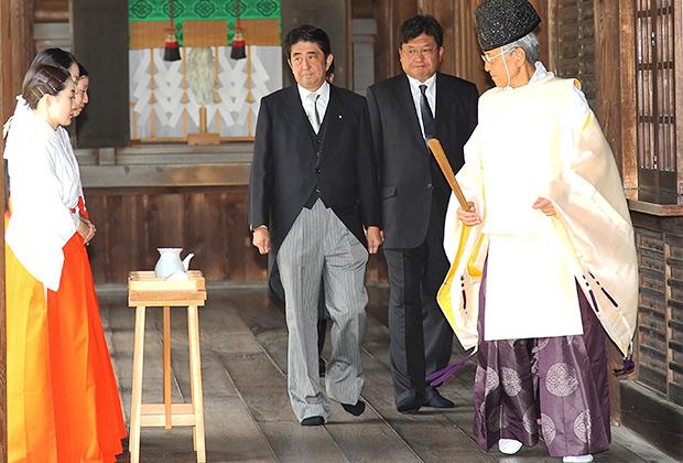 Японский премьер Синдзо Абэ в храме Ясукуни. 15 августа 2011