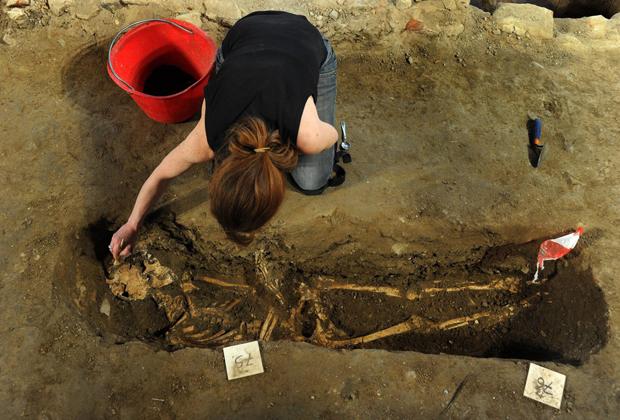Археологи в ходе работ в заброшенном монастыре Св.Урсулы во Флоренции, где ученые предположительно обнаружили скелет, который мог принадлежать Лизе дель Джокондо. 26 мая 2011
