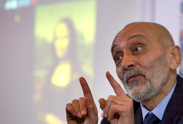 Искусствовед Сильвано Винчети во время пресс-конференции в Риме. 2 февраля 2011 года