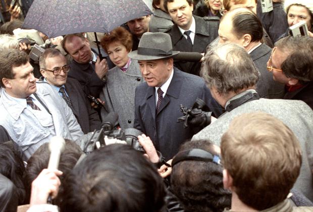 В финале дня выборов народных депутатов в Верховный Совет СССР Генеральный секретарь ЦК КПСС Михаил Горбачев дает интервью