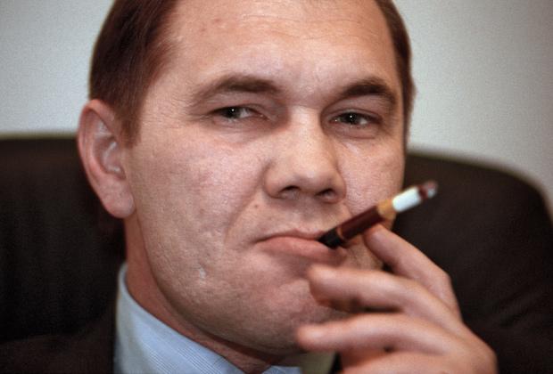 Кандидат на выборах президента России генерал Александр Лебедь во время интервью в его предвыборном штабе, 1996 год