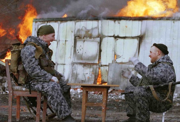 Бойцы ОМОН играют в шашки. Грозный, 2000 год
