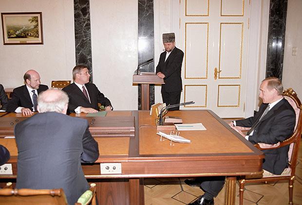 Президент России Владимир Путин на заседании Совета безопасности представляет главу администрации Чечни Ахмата Кадырова, 2000год