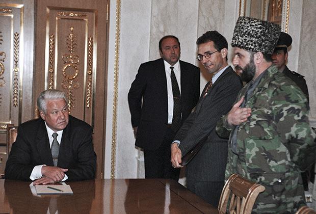 Борис Ельцин встречается с чеченской делегацией во главе с Зелимханом Яндарбиевым, 1996год