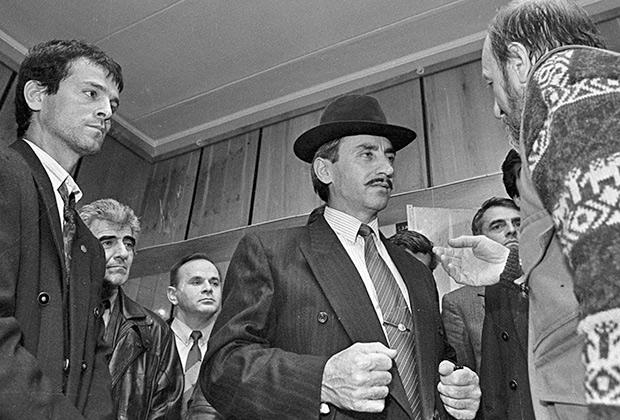 Президент Чеченской Республики Джохар Дудаев (в центре) встречается с московскими журналистами, 1992год