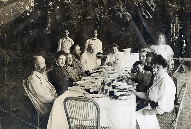 Июль 1908 года. Лев Николаевич Толстой в кругу семьи и гостей