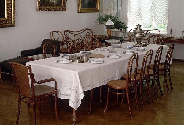 Обеденный зал в доме Льва Николаевича Толстого в Ясной Поляне