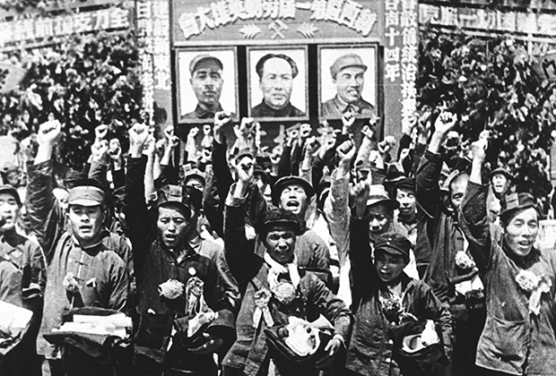 Жители китайского города Пэйпин приветствуют коммунистические войска, 1949 год