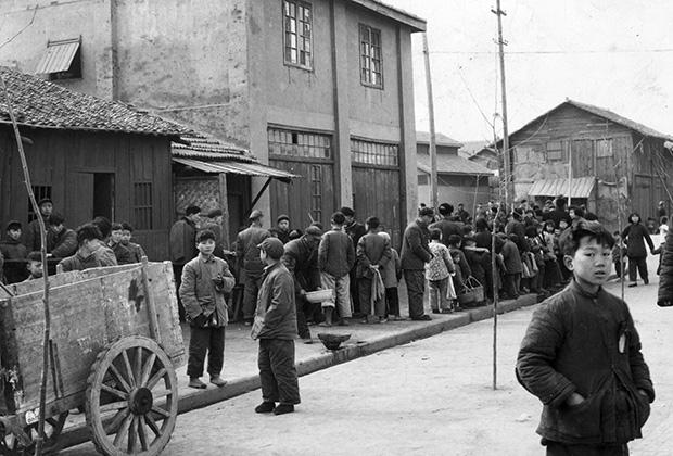 Жители китайского города Ханькоу стоят в очереди к пункту раздачи еды, 1959 год
