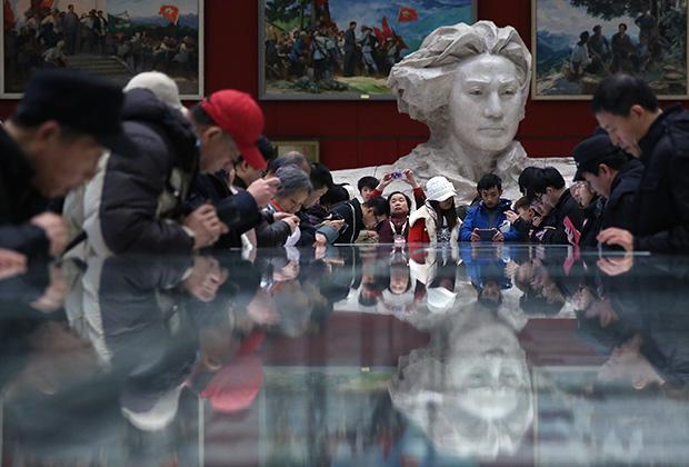 Китайцы на выставке, посвященной 120-летию Мао Цзэдуна. Пекин, 2013 год