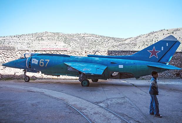 Штурмовик Як-38 на территории военно-морского музейного комплекса в Балаклаве.