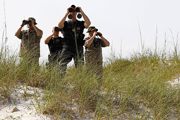 U.S. Secret Service provide security for President Barack Obama in Pensacola, Florida, June 15, 2010. Obama is in the region to get an update on the BP oil spill.     REUTERS/Jim Young    (UNITED STATES - Tags: POLITICS) - RTR2F7S6