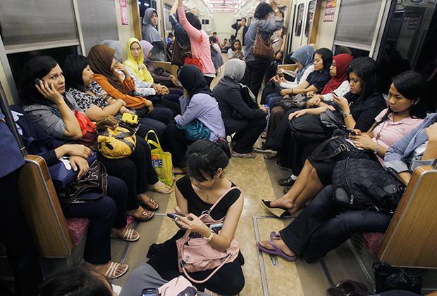 Женский вагон защищает женщин Джакарты от сексуальных домогательств пассажиров мужского пола