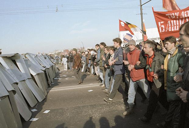 Участники митинга на Октябрьской площади, прорвавшие оцепление ОМОНа у Крымского моста, двигаются к Смоленской площади в октябре 1993 года