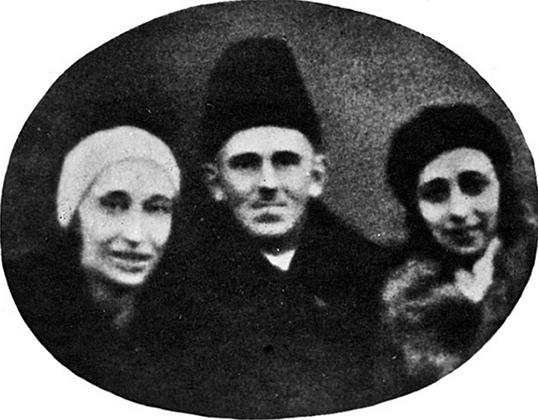 Надежда Мандельштам (слева), Осип Мандельштам, Элеонора Гурвич. Снимокуличногофотографа.